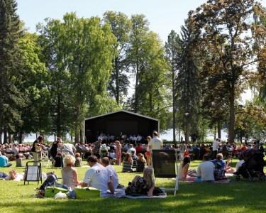 Konsertti Laukon kartanon puistossa