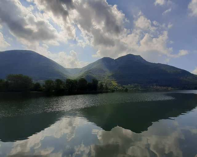 Una giornata al lago ......#ontheroad #nofilter #landscape #endine #endinelake #sunandclouds #spotlight #waterandsky #labellezzasalveràilmondo