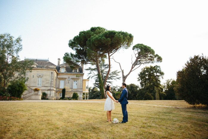 robe de mariée courte, costume de marié bleu