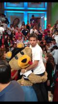 El oso cargando a Eugenio