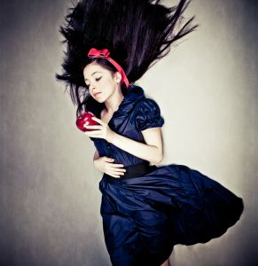 Girl with Apple. Image credit: http://www.123rf.com/profile_porechenskaya'>porechenskaya / 123RF Stock Photo