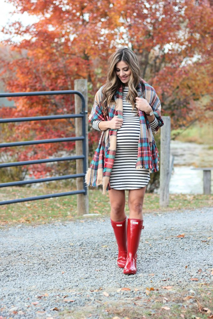 Fall outfit must haves, fall maternity fashion, Hunter Boots, plaid blanket scarf