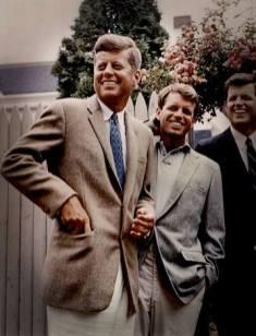 """Kennedy und sein Bruder Robert, genannt """"Bobby"""". Auch er fiel 1968 einem Attentat zum Opfer."""