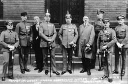 Hitler, rechts neben Ludendorff (Bildmitte), posiert mit weiteren Teilnehmern des Hitler-Ludendorff-Putsches vor dem Gerichtsgebäude (Quelle: wikipedia)