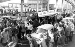 Westberliner begrüßen am 10. November DDR Bürger am Grenzübergang Bornholmer Straße. (Quelle: wikipedia / Bundesarchiv, Bild 183-1989-1118-028 / CC-BY-SA 3.0)