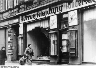 Ein zerstörtes jüdisches Geschäft in Magdeburg. (Quelle: wikipedia)