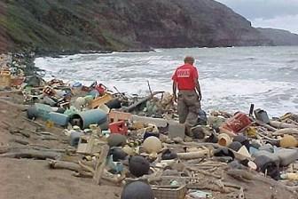 Viele Küstenregionen sind von Plastikmüll übersät. (Quelle: NOAA)