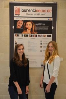 Lena und Jule vor einem Plakat der laurentinews.de Homepage.