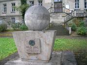 Die einst von Ernst Abbe entwickelte Auflösungsgrenze eines Mikroskops wurde in einem Denkmal verewigt. Gültigkeit hat sie seit den Forschungsergebnissen von Stefan Hell jedoch nicht mehr. (Quelle: wikipedia.de)
