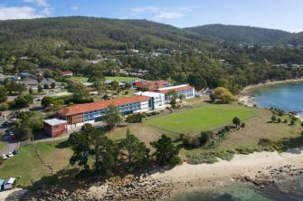Traumhaft: Die Taroona High School liegt direkt am Meer. (Quelle: https://education.tas.edu.au/taroonahigh)