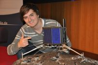 Robert Schröder mit einem Modell der Raumsonde Philae, die am 12. November 2014 auf dem Kometen Tschurjumow-Gerassimenko gelandet ist. (Quelle: Robert P. Schröder/ Foto: Roger Murmann)