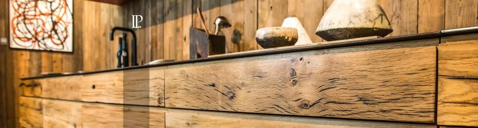 Cuisine contemporaine et cuisine moderne par Laurent Passe. Cuisine réalisée à partir de bois anciens.