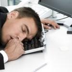 Un homme endormi sur son clavier