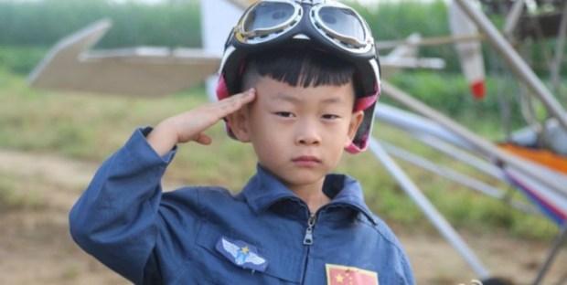 À 5 ans, il devient le plus jeune pilote d'avion au monde