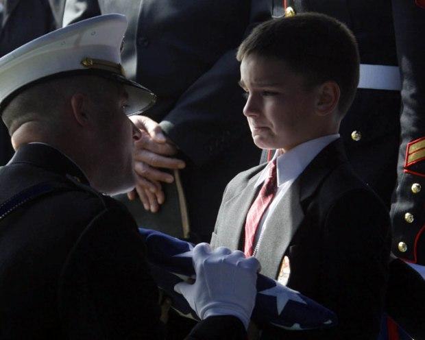 Christian Golczynski, âgé de 8 ans, accepte le drapeau américain qui lui est remis en l'honneur de son père, le sergent Marc Golczynski. Ce dernier a été tué lors d'une patrouille durant son second service en Irak seulement quelques semaines avant son retour chez lui