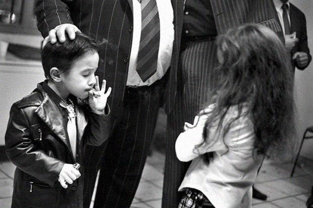 Un garçon gitan fumant une cigarette en 2006 dans le quartier Saint Jacques à Perpignan, en France