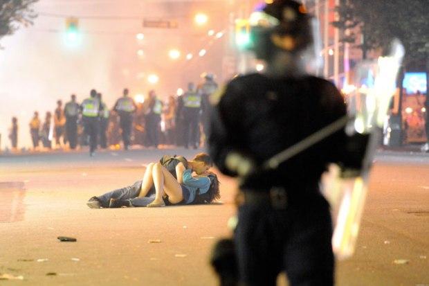 Scott Jones embrasse sa petite amie Alex Thomas après avoir été frappée jusqu'à tomber au sol par les forces de l'ordre lors d'une manifestation à Vancouver