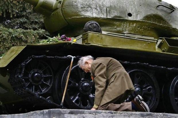 Un ancien tankiste russe retrouvant le char dans lequel il a traversé la seconde guerre mondiale