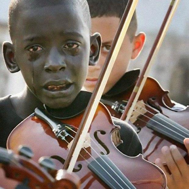 Diego Frazão Torquato, en pleurs, jouant du violon aux funérailles de son professeur qui l'a aidé à sortir de la misère