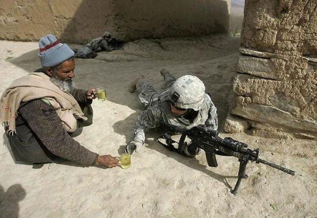 Un afghan offrant du thé à des soldats américains combattant sur le sol de ses ancêtres
