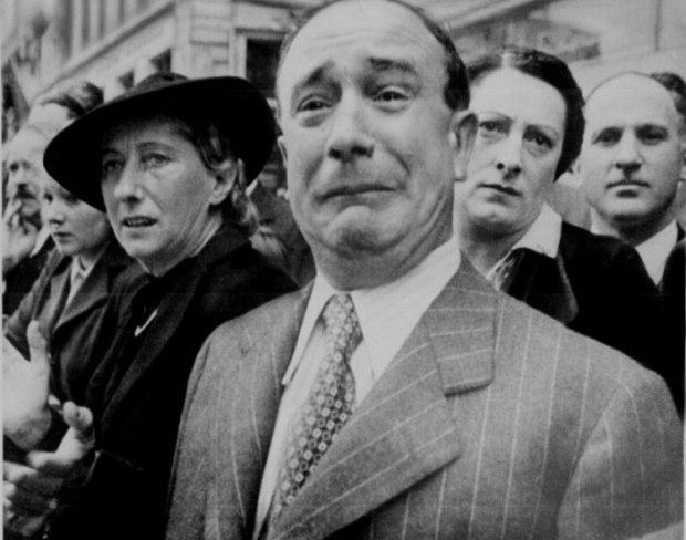 Un civil français pleurant de désespoir alors que les Nazis prennent le contrôle de Paris pendant la Seconde Guerre Mondiale