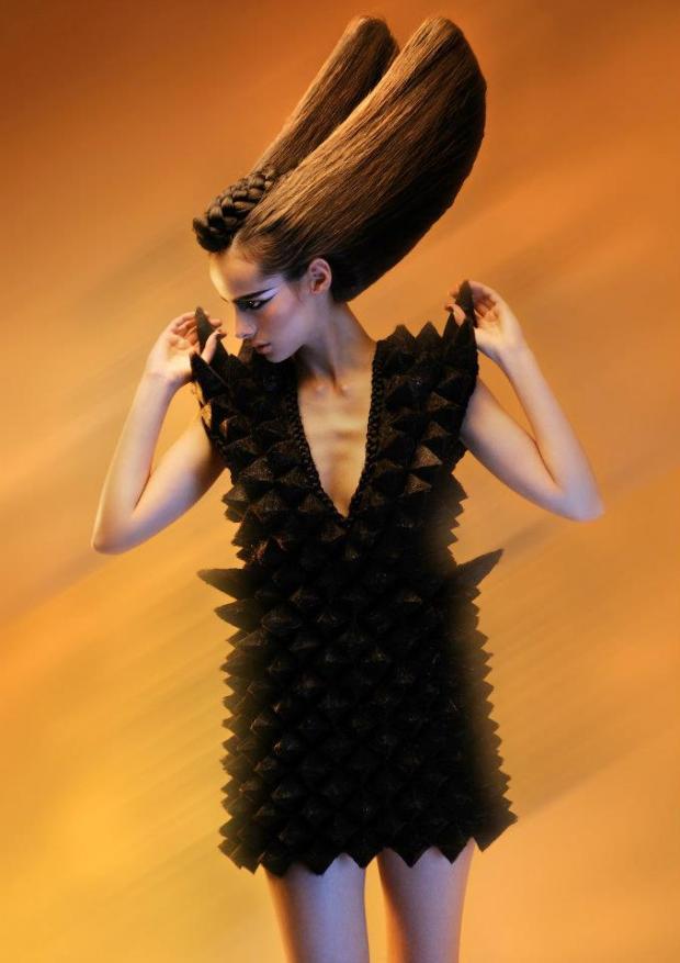 Insolite. Il crée des robes... avec des cheveux !