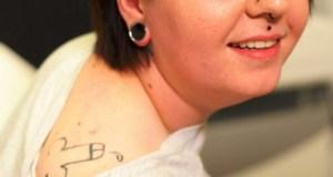 Ivre, elle s'est fait tatouer un pénis sur l'épaule