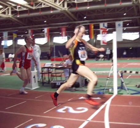 Helmut Meier im Ziel über die 400m