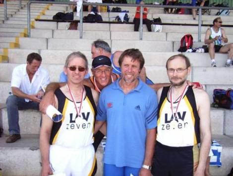 Nach der Siegerehrung mit dem ehemaligen Silbermedaillengewinner im Zehnkampf Olympia 1976 Guido Kratschmer, USC Mainz
