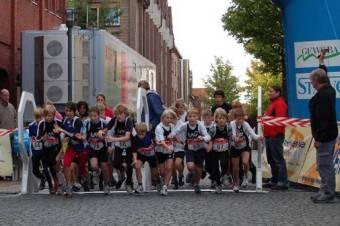 """Auch beim Start zum """"Speedlink - 5 km Schülerlauf"""" wurde sich nichts geschenkt."""