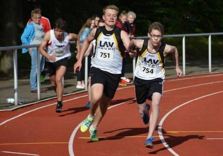 Auch Aktive der LAV Zeven waren am Sonnabend am Start, wie hier beim 4 x 100m-Staffel-Wettbewerb der männlichen Jugend U20. Zu sehen ist der Wechsel des Staffelstabes von Thore Michaelis auf Timon Tietjen. Die Zevener Staffel, zu der noch Janik Dohrmann und Nils-Henrik Meyer gehörten, kam im Finale auf den vierten Rang.