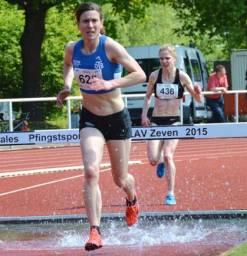 Jana Palmowski (Nr. 625, OTB Osnabrück) im 3000m Hindernis-Lauf der Frauen. Sie machte das Rennen in 10:50,76 min und wurde damit nicht nur Norddeutsche Meisterin 2015 sondern auch NLV- und BLV-Meisterin 2015. Zugleich verbesserte sie den bereits seit elf Jahren bestehenden Pfingstsportfestrekord.