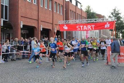 Start des 10km Laufes. Bereits an der Spitze der spätere Sieger (Startnr.115) Carsten Hülls, LAV Zeven