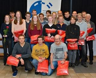 Für die auf dem KLV-Verbandstag anwesenden Kreismeister gab es von der Sparkasse Rotenburg-Bremervörde zur Verfügung gestellte Sachgeschenke. Anna Hilken und Kevin Lembach (li. mit Rosen in der Hand) erhielten DLV-Leistungsnadeln.