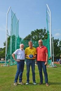 Dirk Röver, Jens Dohrmann und Bürgermeister Norbert Wolf (v.li.) vor der kombinierten Diskuswurf- und Hammerwurf-Anlage.