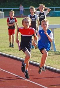 Schlussläufer Niklas Mester (li.) machte für die Zevener MJ U14-Staffel über die 3 x 800m den Sieg klar.