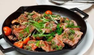 """Агнегнешки пържолки с печурка, манатарка, каперси и доматки """"чери"""" с ароматни подправки, запечени на грил-тава """"LAVA"""""""