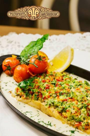 """Запечена сьомга със зеленчукова коричка от брколи, пресни тиквички и червена чушка овкусена с маскарпоне и свеж копър, приготвена на плоча """"LAVA"""""""
