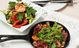 """Богати салати в домашен стил, приготвени и поднесени в тиганче """"LAVA"""""""