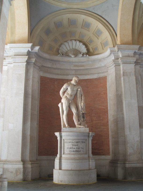 La statua dell'Ercole Farnese. Notare la pelliccia del leone di Nemea, ucciso dall'eroe durante la prima delle sue 12 leggendarie fatiche.