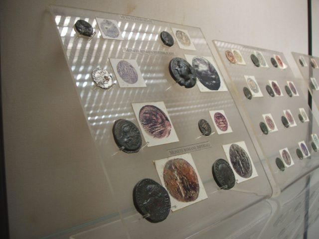Alcune monete di epoca romana. Nella colonna di monete più a sinistra, notare la seconda partendo dall'alto: la moneta è d'argento in superficie, ma una scheggiatura rivela l'interno in rame: un falso!!!