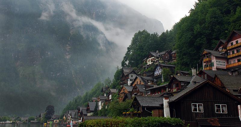 Hallstatt il grazioso paese del salzkammergut for Case di legno del paese del lago