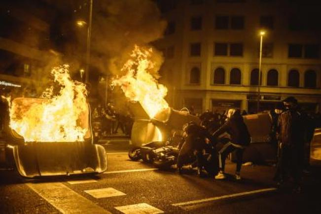 Manifestantes queman barricadas hechas con contenedores de basura en una protesta contra el encarcelamiento de Pablo Hasél en Barcelona