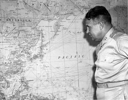 Leslie Groves, director del Proyecto Manhattan, observa un mapa de Japón.