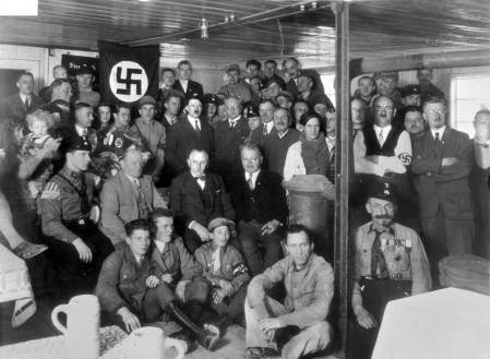 Hitler con miembros del Partido Nazi en 1930.
