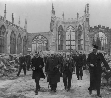 Churchill visita la ciudad tras los bombardeos.