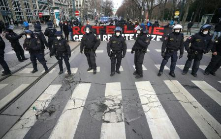 31 January 2021, Austria, Vienna: Police officers stand on Ring Road during a demonstration against the federal government's Coronavirus measures. Photo: Georg Hochmuth/APA/dpa#{emoji}13; 31/01/2021 ONLY FOR USE IN SPAIN