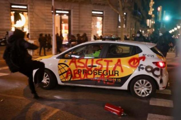 Un automóvil con un graffiti circula en medio de la protesta en apoyo de Pablo Hasél, en Barcelona