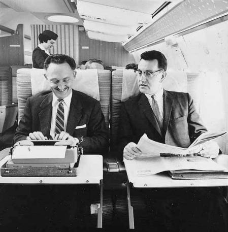 Al fondo, azafata en un vuelo de la Northwest Airlines, c. 1965