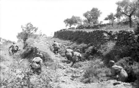 Soldados en tierra antes de atacar.